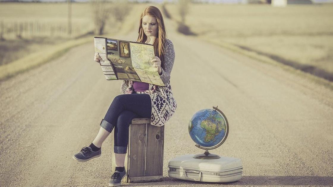 Девушка с картой, дорога, глобус