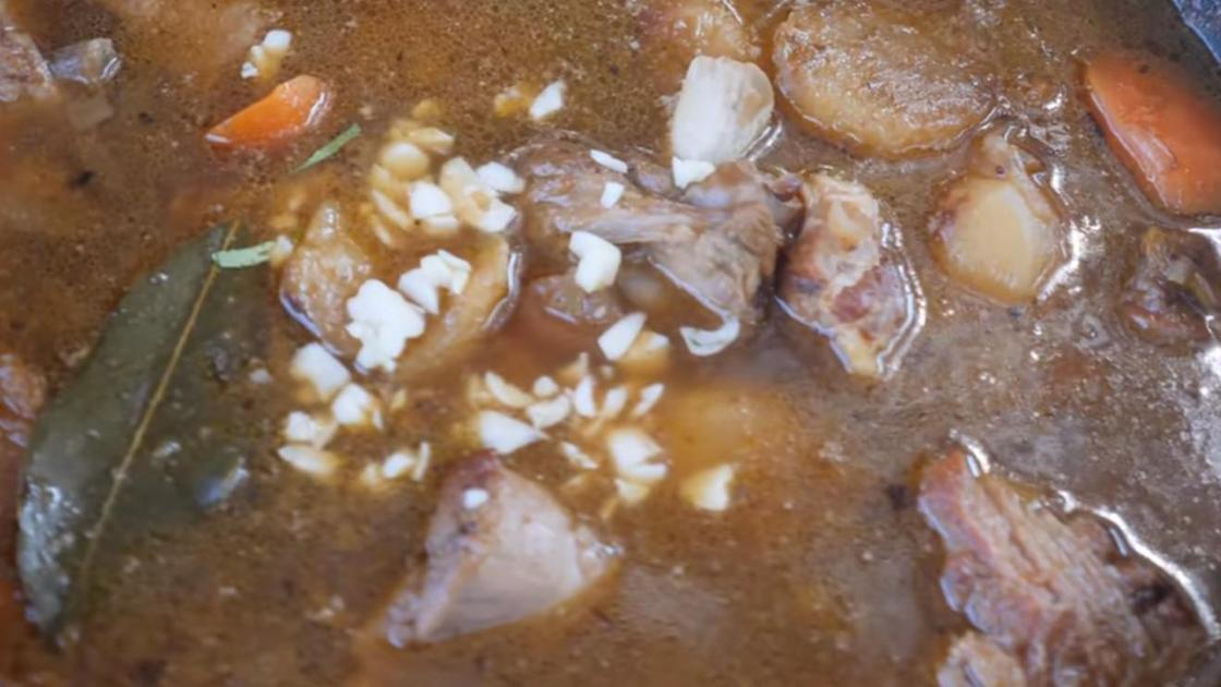 Готовый суп снимается с огня, и в него кладется чеснок