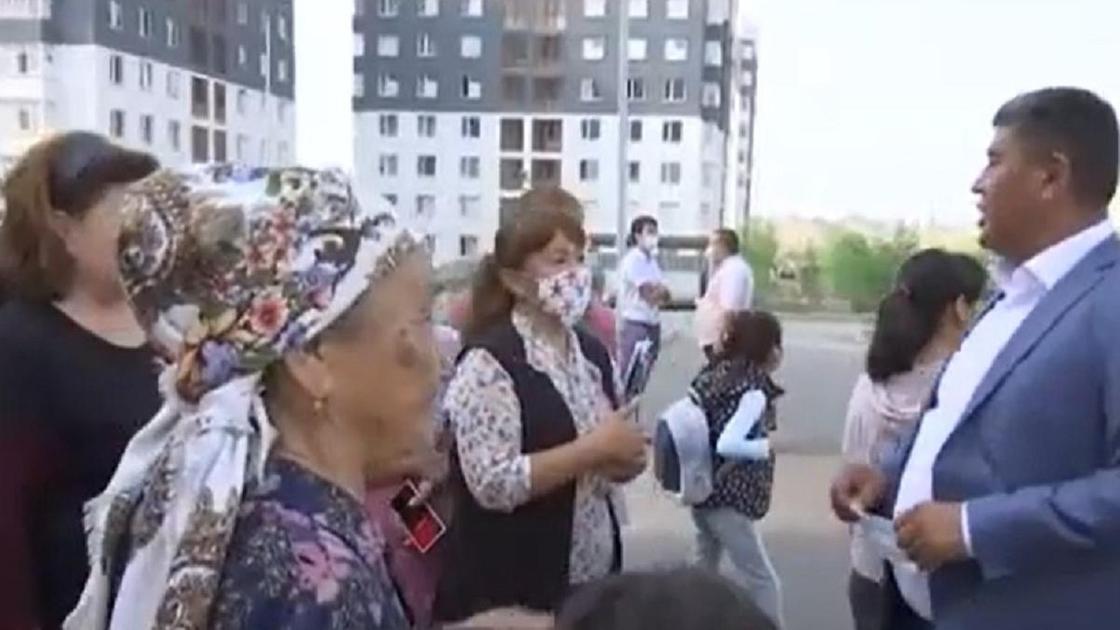 Жители многоэтажки собрались в Шымкенте