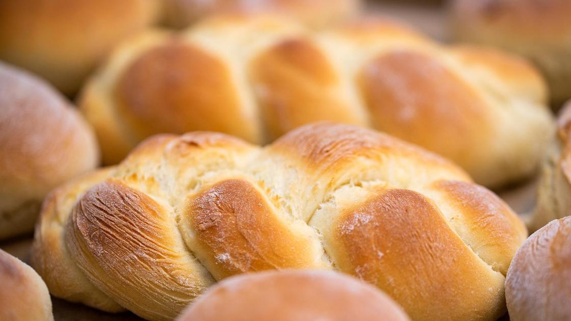 булки хлеба лежат на столе