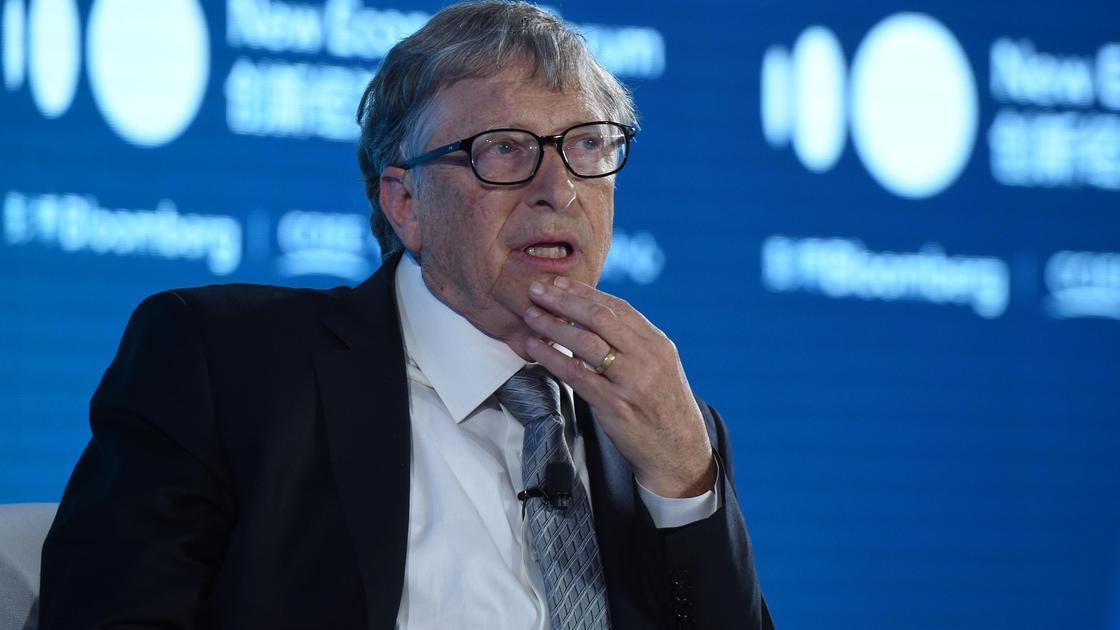 Билл Гейтс сидит на конференции