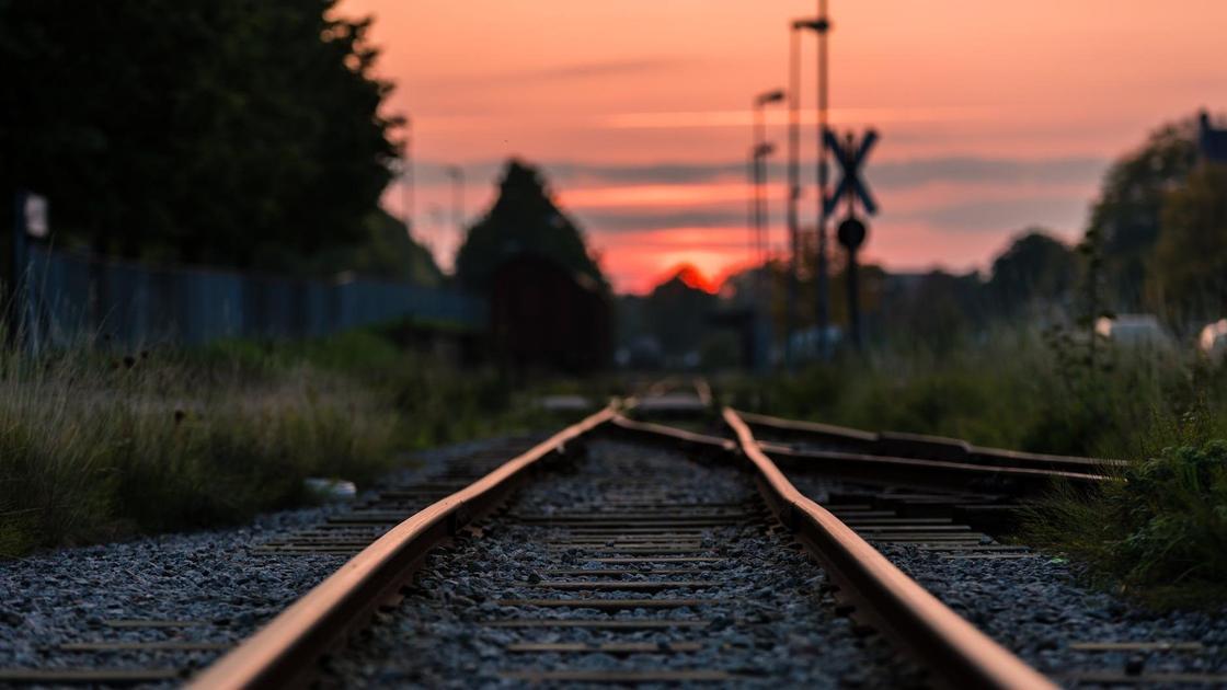 Железнодорожные пути на закате