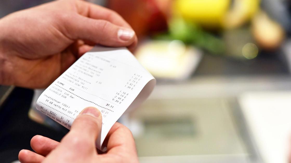 женщина держит в руках чек