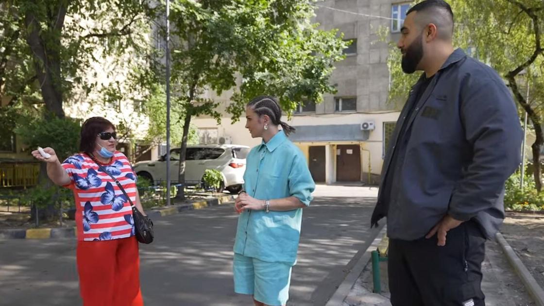 Jah Khalib с ведущей и женщиной из Алматы