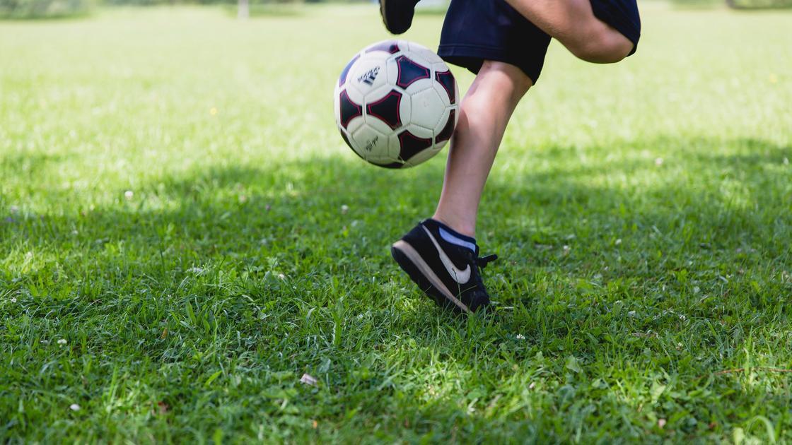 Мужчина играет в футбол
