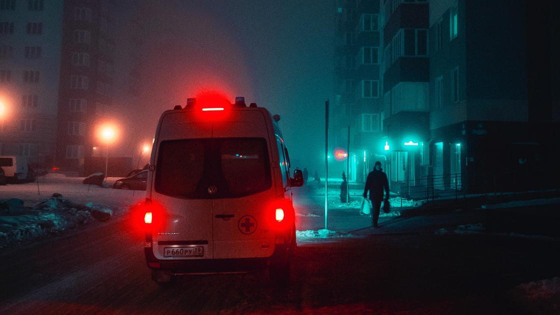 Карета скорой помощи едет по улице