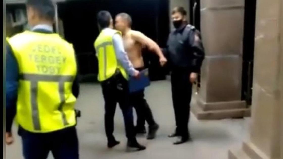 полицейские успокаивают мужчину