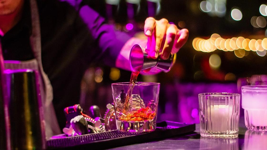 бармен и стакан со льдом