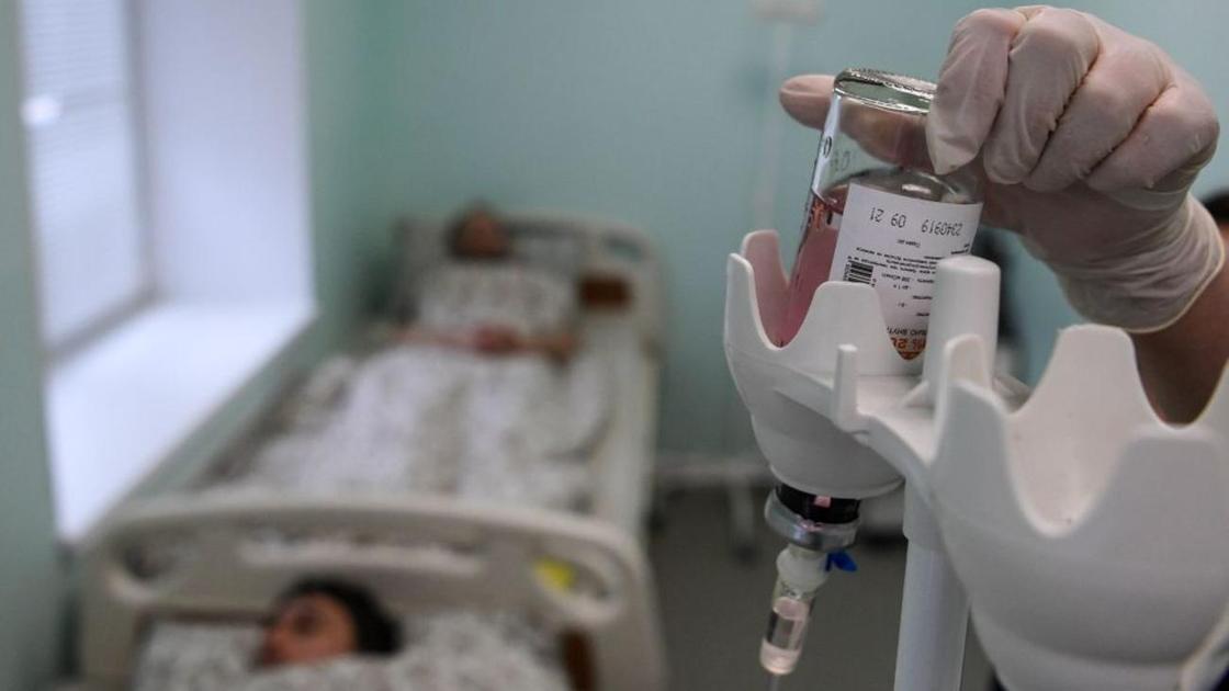 Пациенты получают внутривенную инъекцию