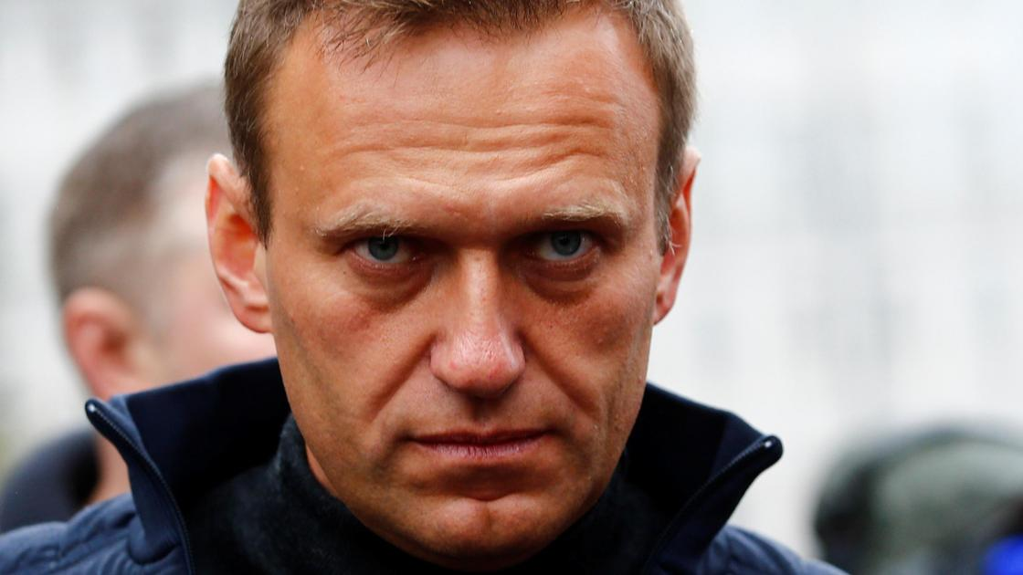 Алексей Навальный смотрит в кадр