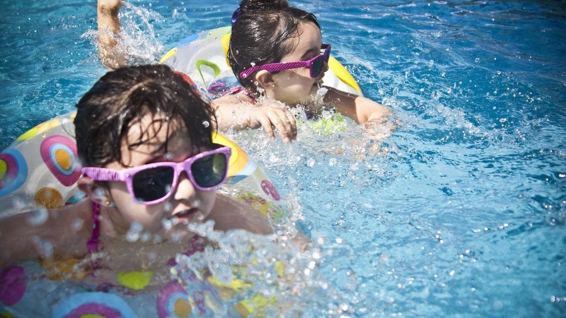 дети купаются в бассейне