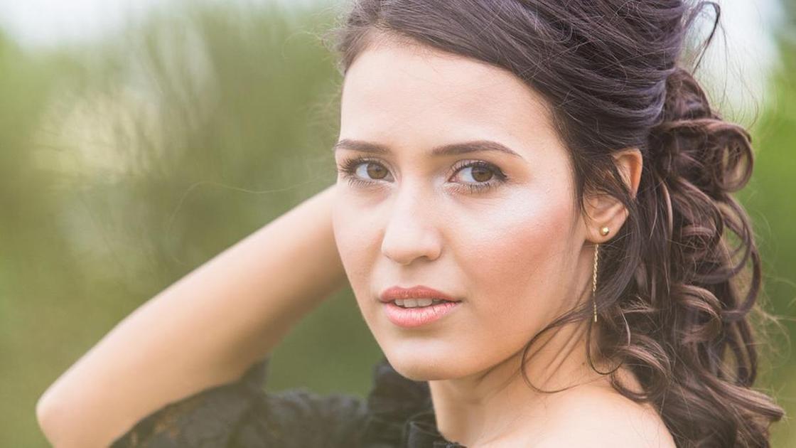девушка с нюдовым макияжем