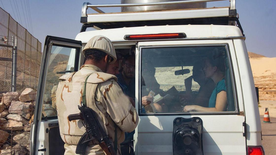 Пограничник проверяет документы
