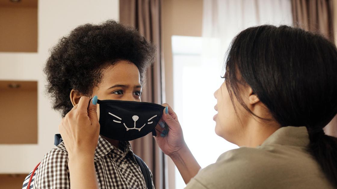 Мама надевает маску мальчику