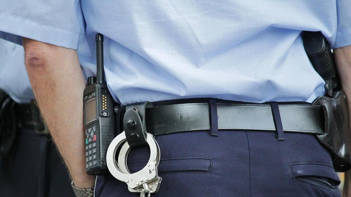 Наручники и рация на поясе полицейского