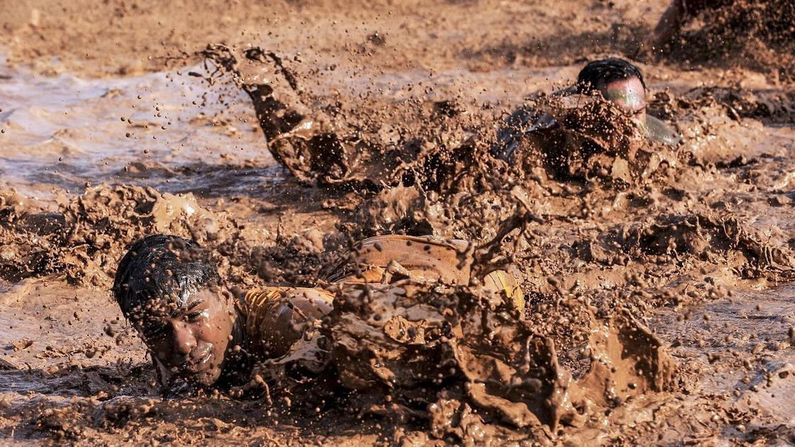 Люди в грязи