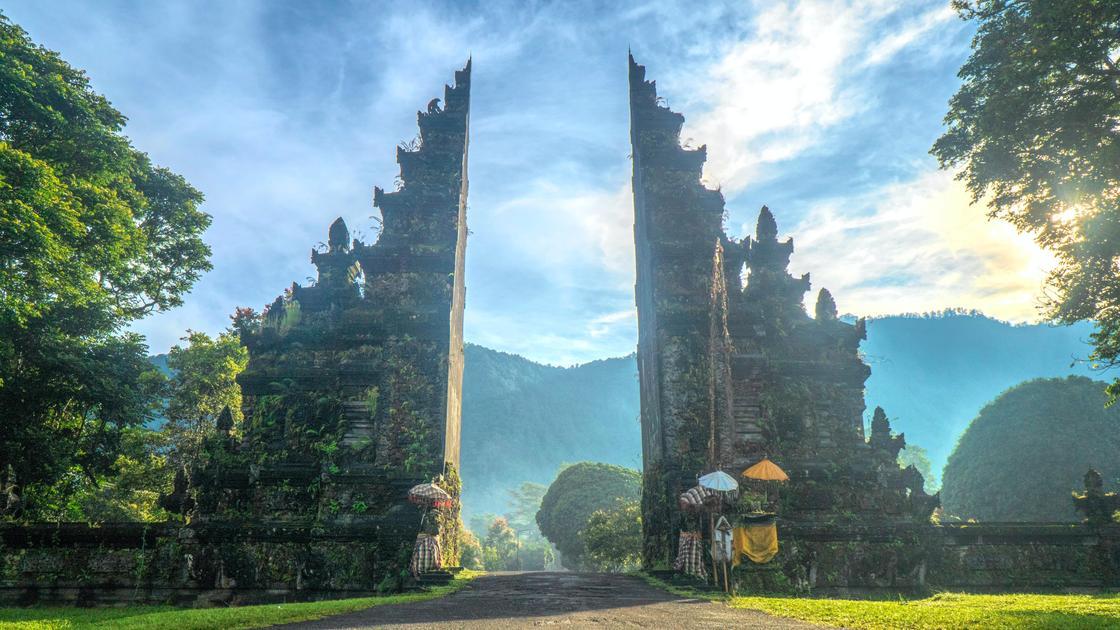 Расколотые ворота Чанди Бентар
