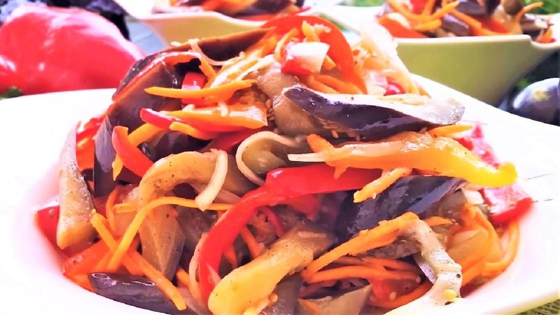 Баклажаны по-корейски на тарелке