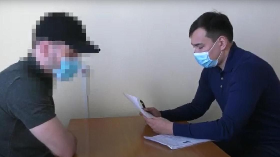 Двое мужчин в масках сидят за столом