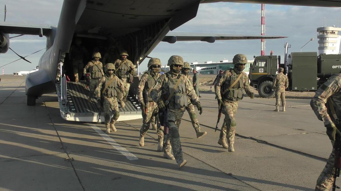 военнослужащие выходят из самолета