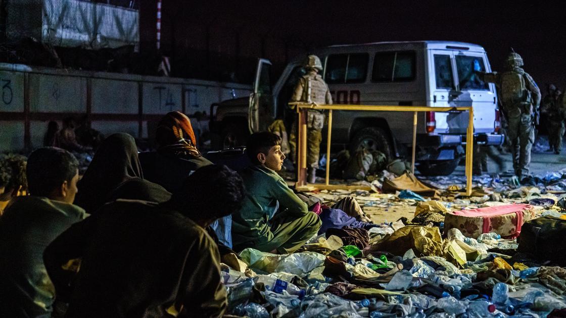 Афганские беженцы около аэропорта в Кабуле