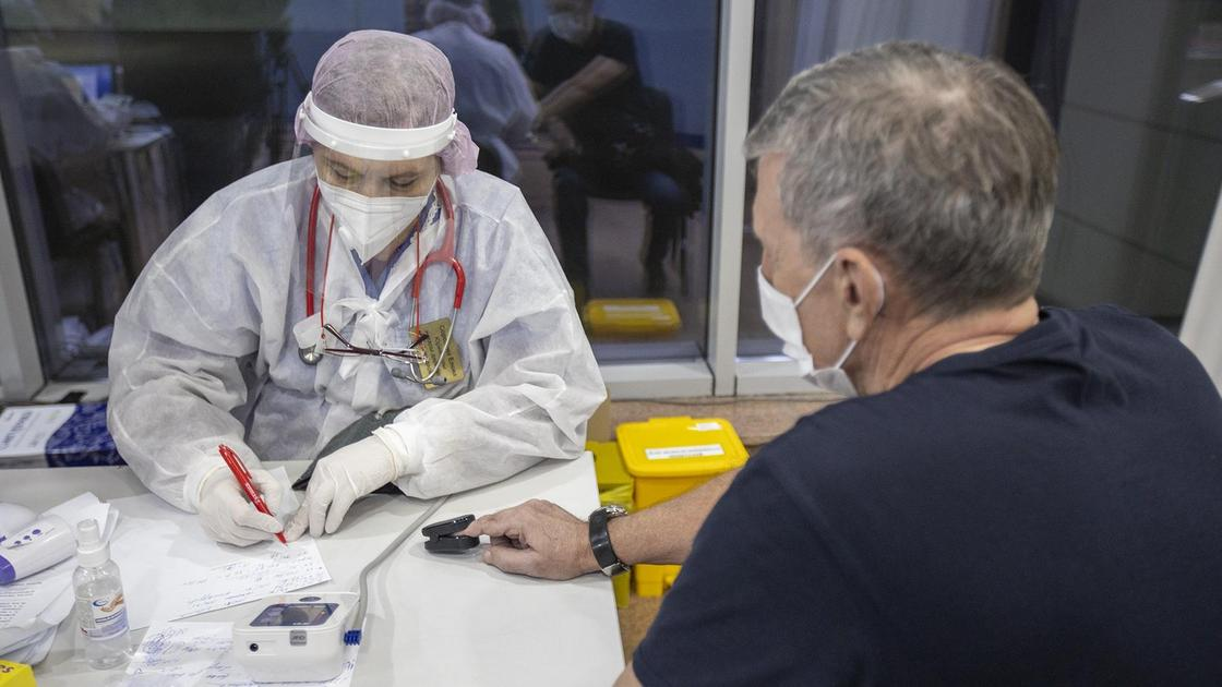 мужчина сидит на приеме у врача