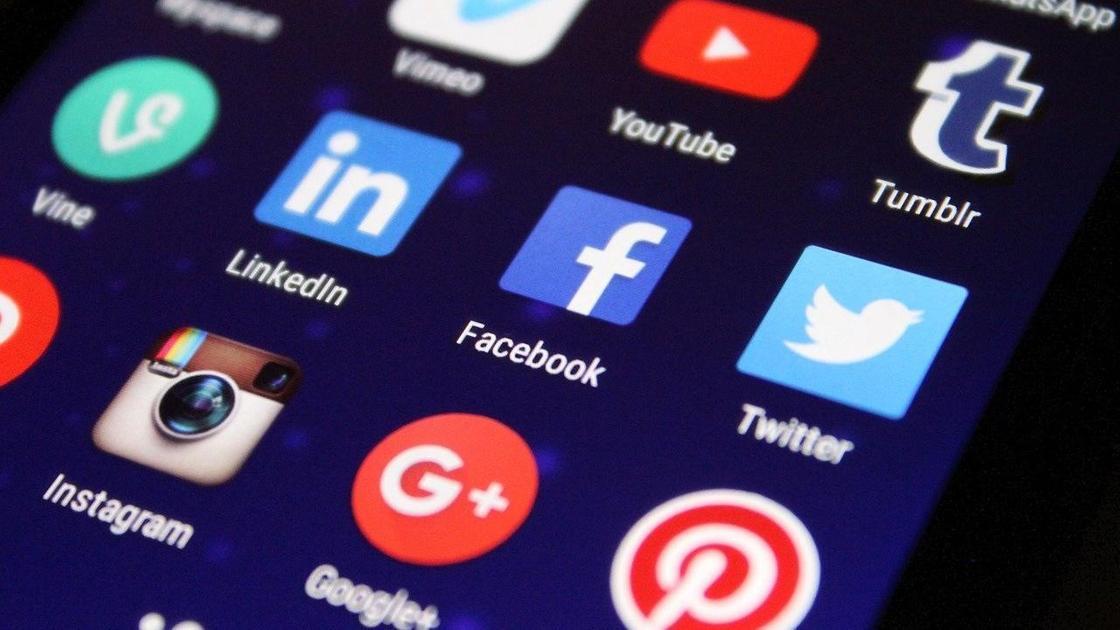 Иконки социальных сетей на экране телефона