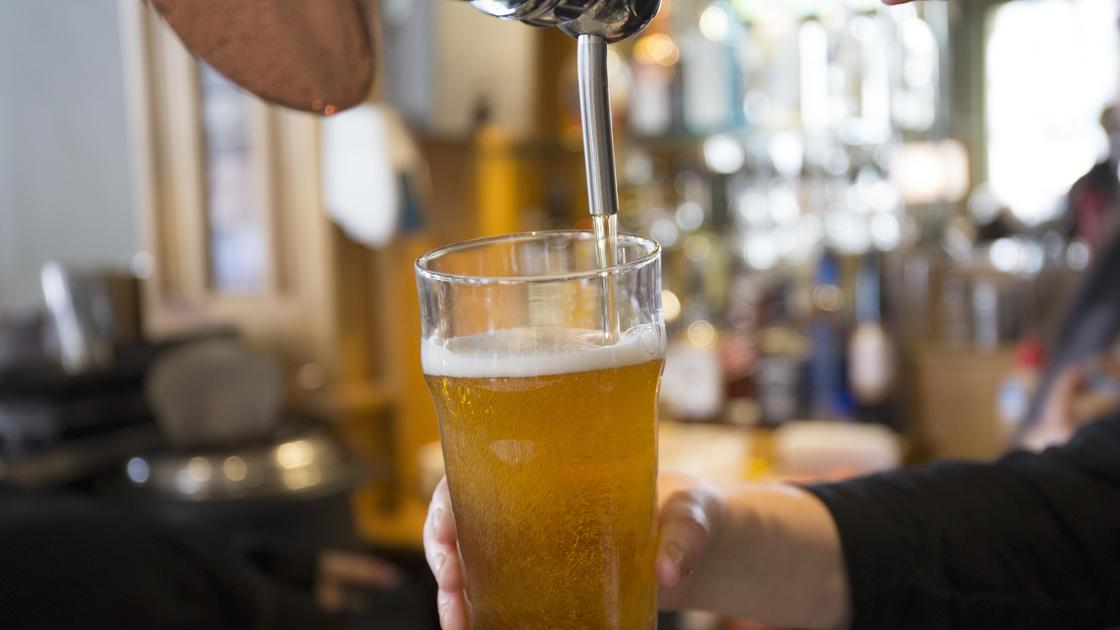 Пиво наливают в стакан