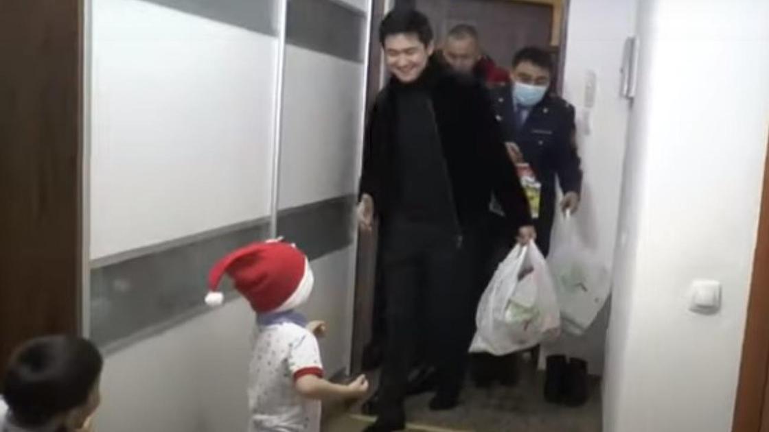 Төреғали полицейлермен бірге мүгедек қызды жаңа жылмен құттықтады