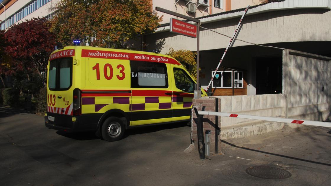 Машина скорой помощи приехала на подстанцию