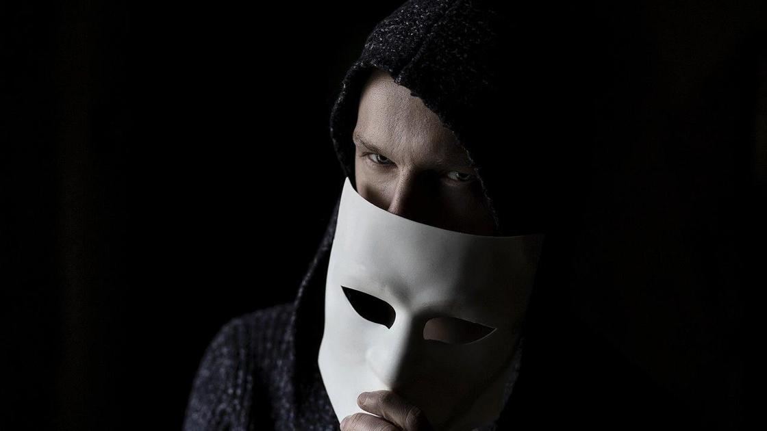 человек с маской у лица