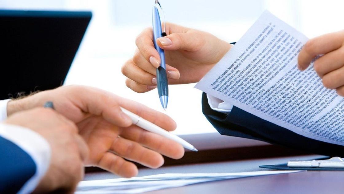 Подписывают документы
