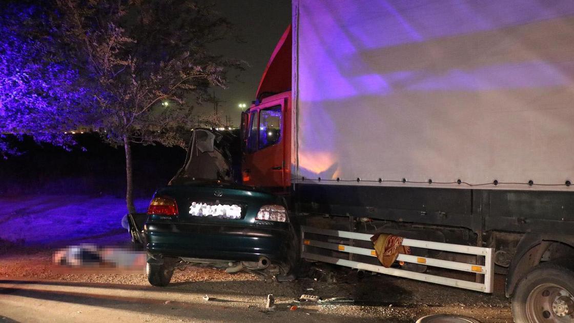 Поврежденные легковушка и грузовик, попавшие в аварию в Алматы