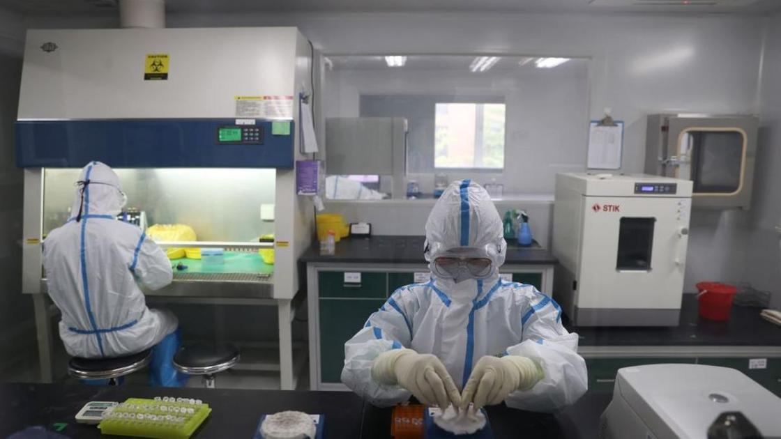 Медики в лаборатории