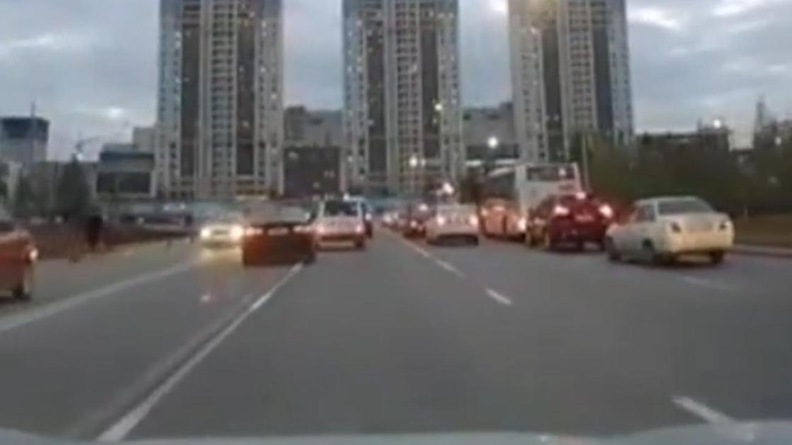 Машины едут по автодороге