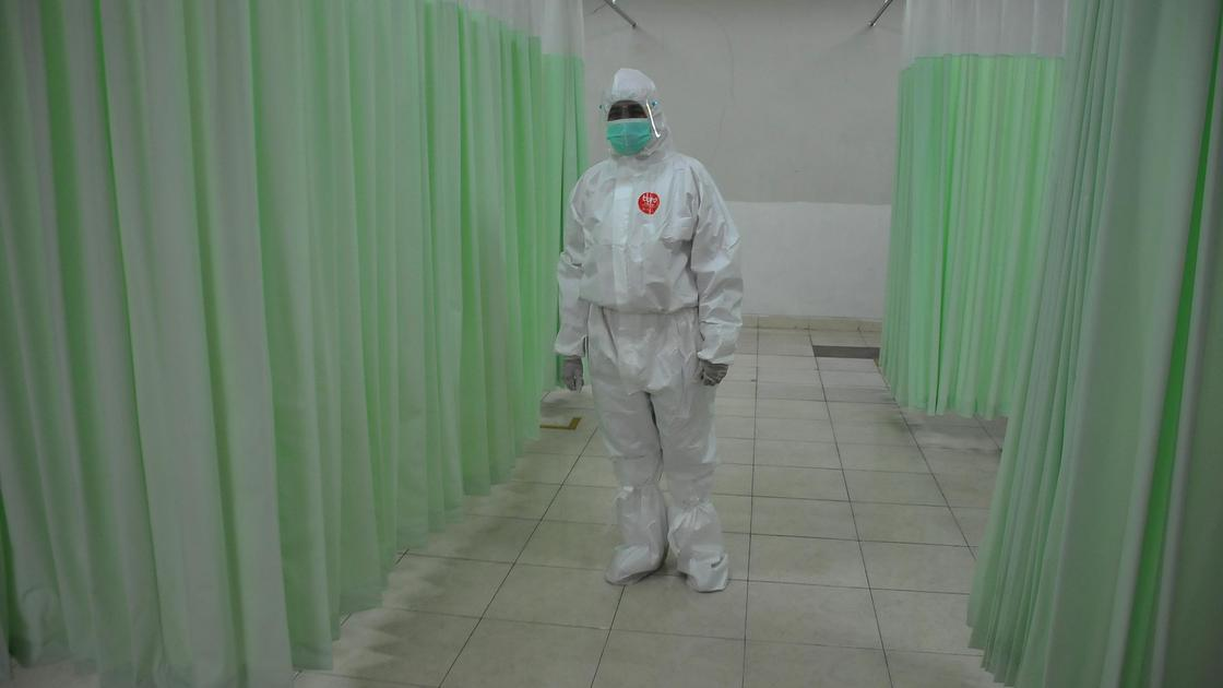 Медработник стоит в больнице