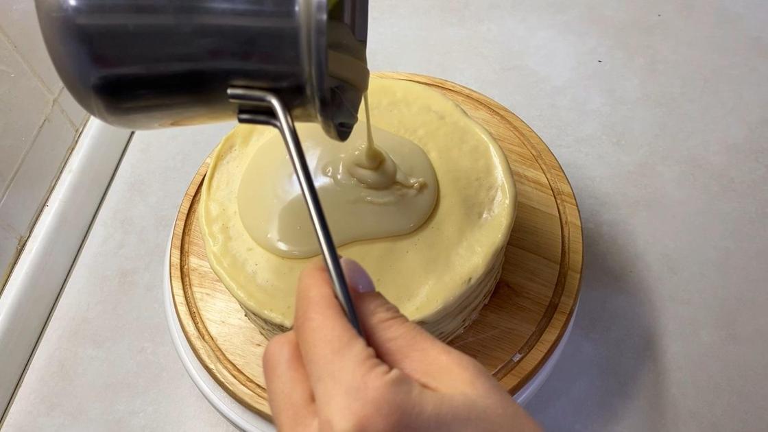 Смазывание торта шоколадной глазурью