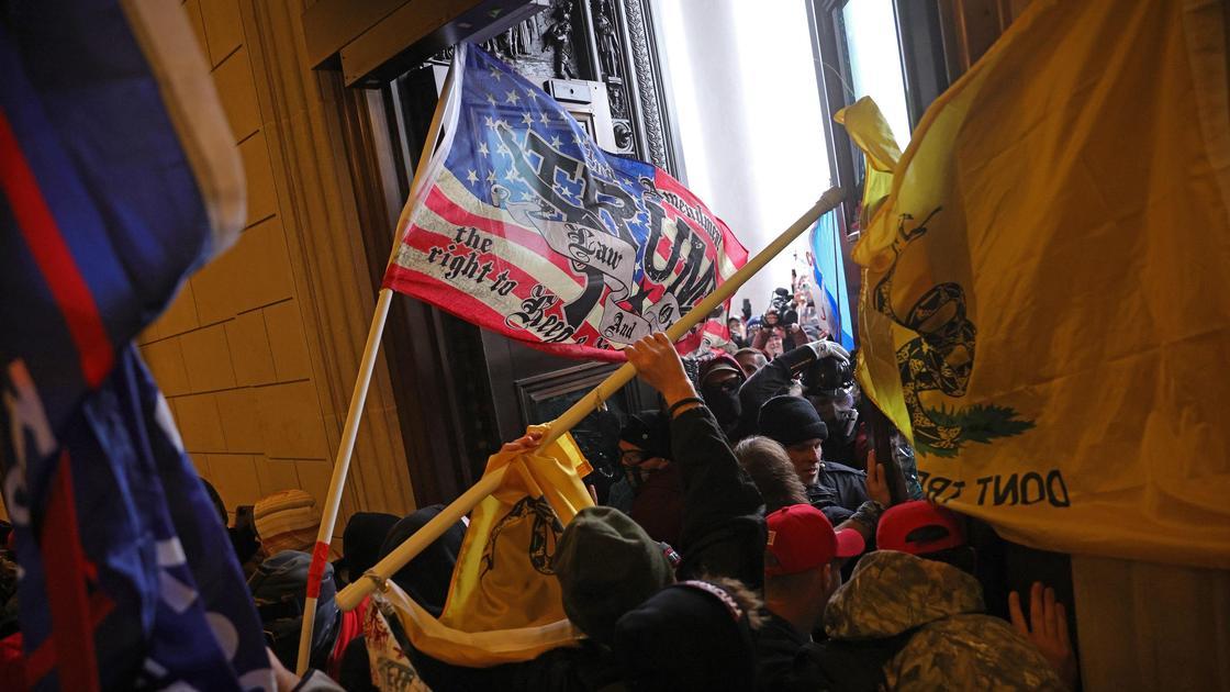 Участники акции протеста ворвались в здание
