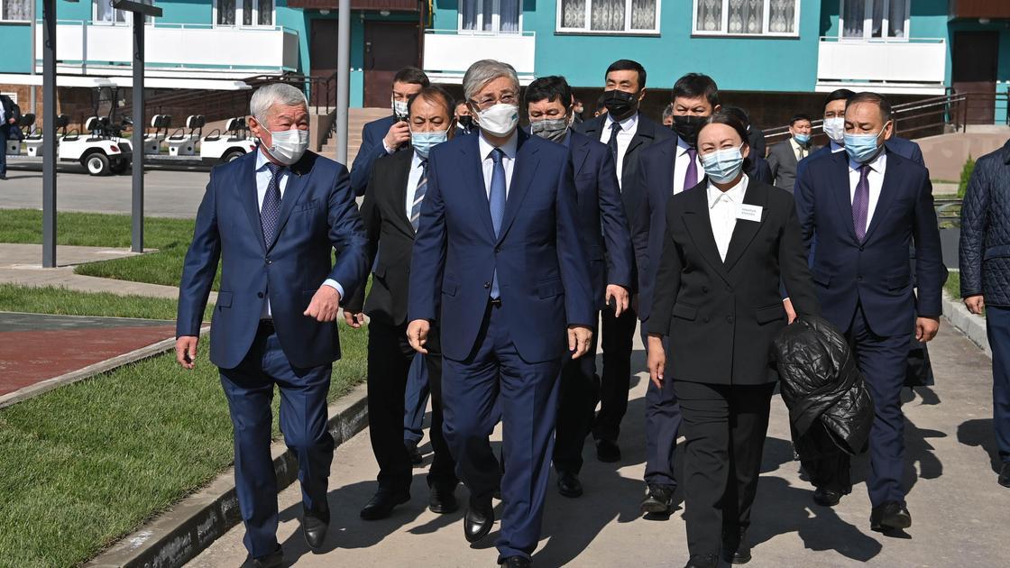 Касым-Жомарт Токаев посещает дома для сотрудников НИИПББ