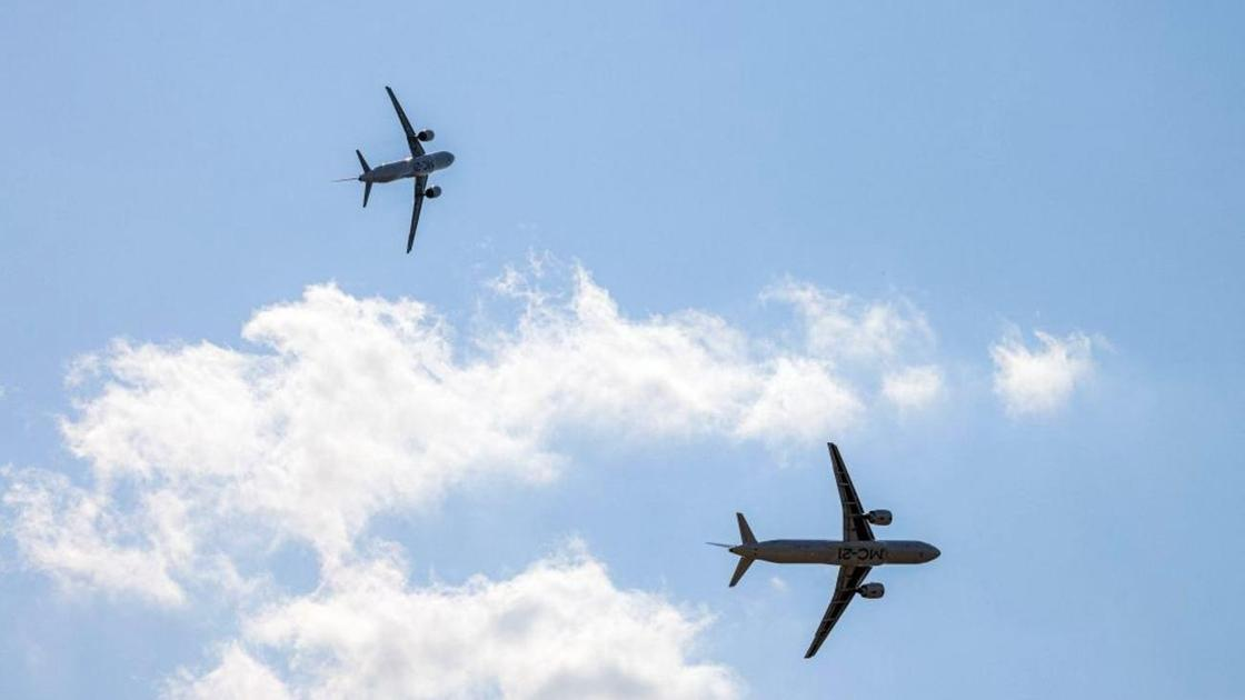 Два самолета летят в небе