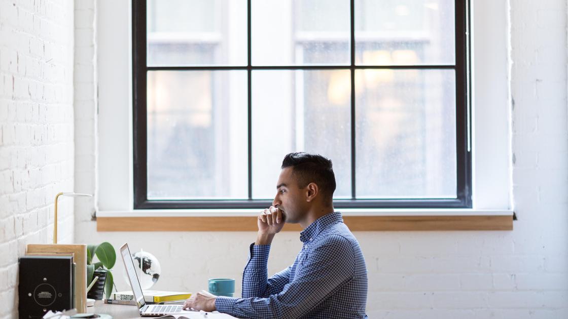 Мужчина сидит за рабочим столом