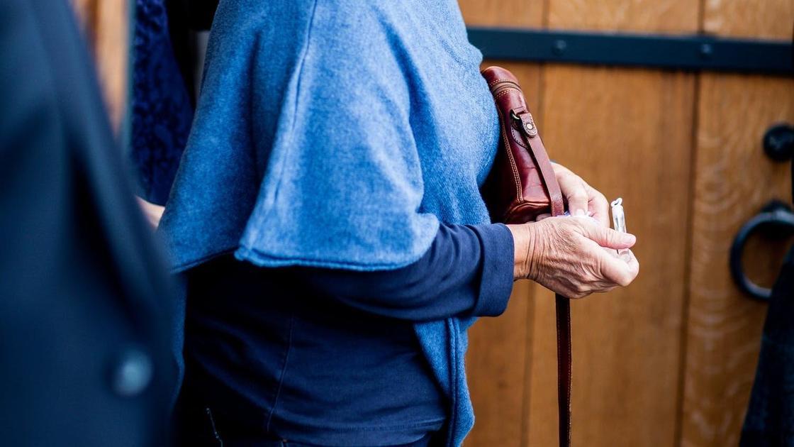 Женщина идет с сумкой