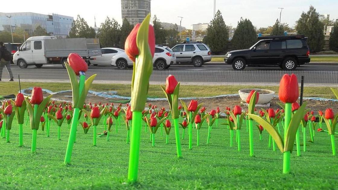 Пластиковые тюльпаны