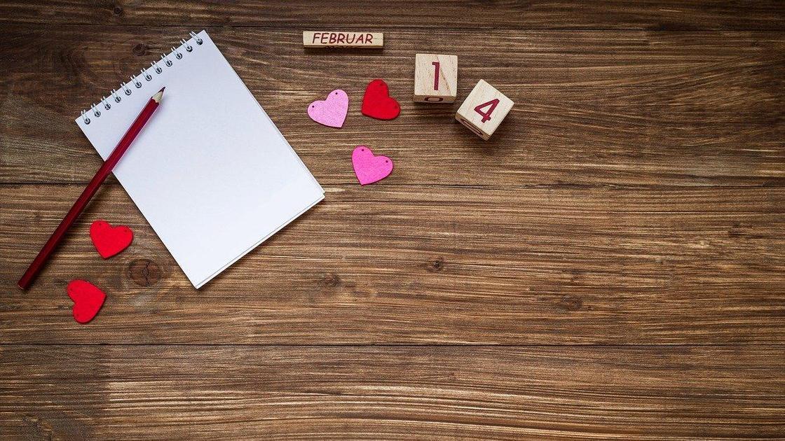 Блокнот, карандаш, сердечки