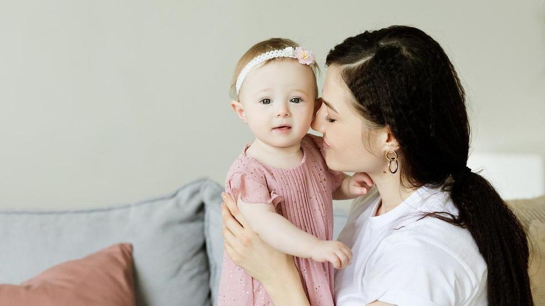 Счастливая мама с маленькой дочкой