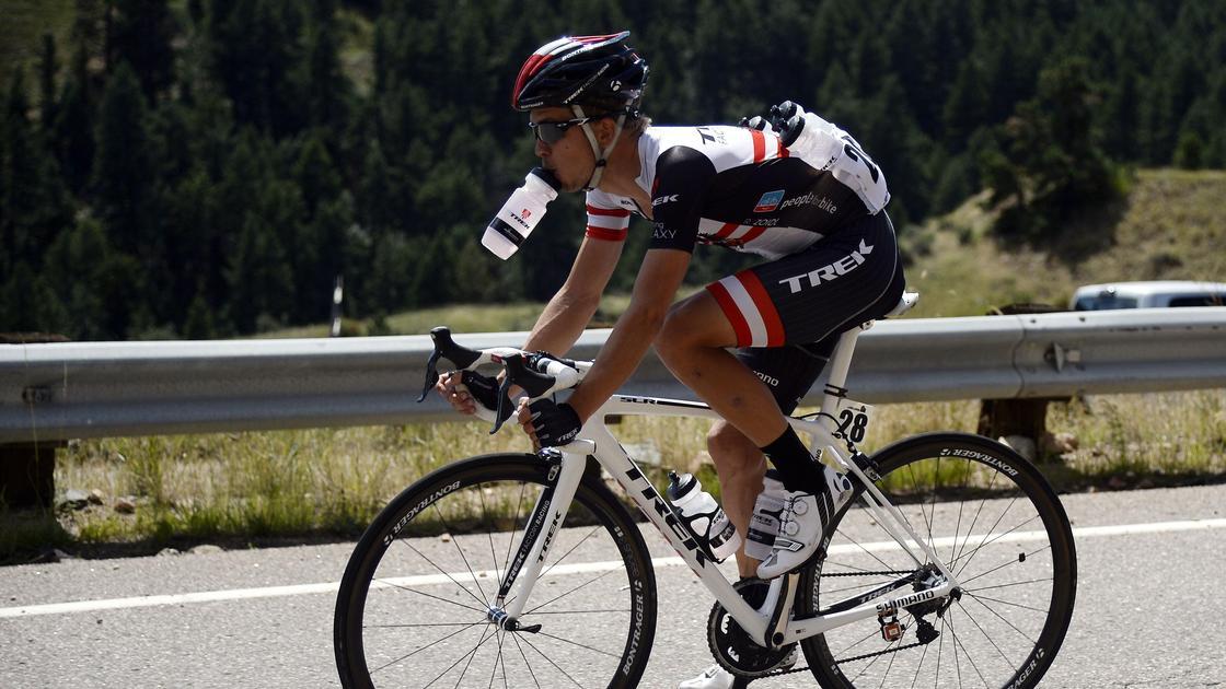 велогонщик пьет воду