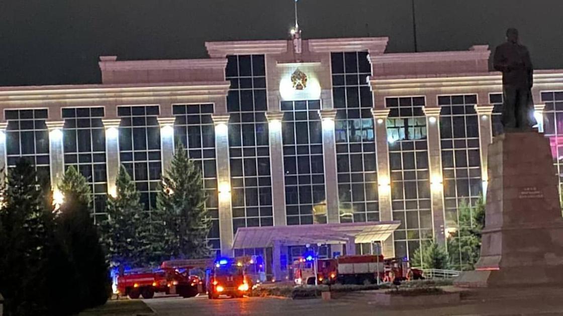 Пожарные у здания акимата в ВКО