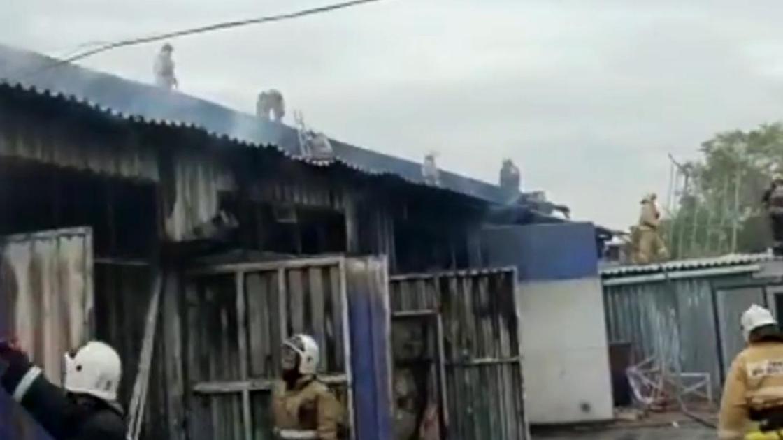 Пожарные трудятся на месте пожара
