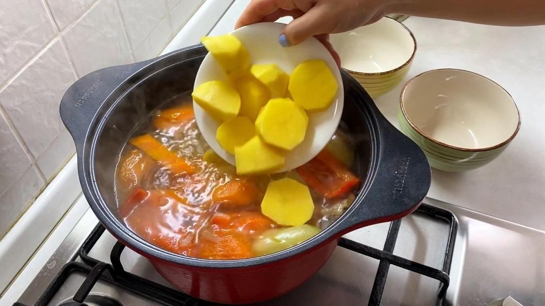 Добавление картошки в кастрюлю с бульоном