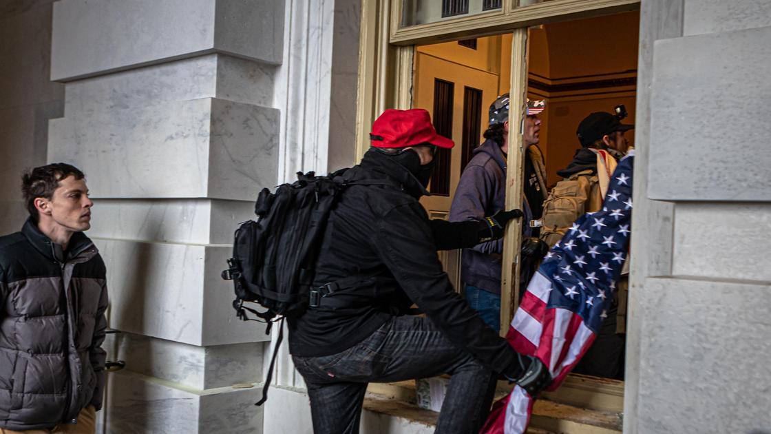 Протестующие заходят в Капитолий